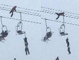 Neverovatno spasavanje na ski liftu (VIDEO)
